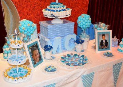Mesa dulce de chuches azules